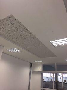 forro-acartonado-com-sanca-centralizada-em-placa-Dry-wall-acústica-com-furos-irregulares2